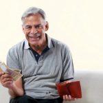 пенсионер с кредитными деньгами